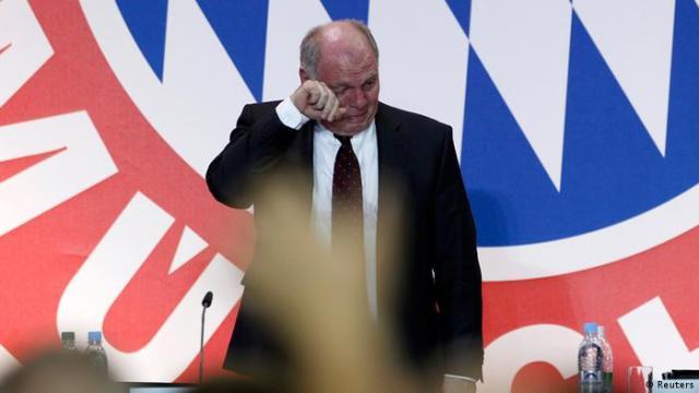 Uli Hoeneß weint bei FC Bayern München Jahreshauptversammlung (Reuters)