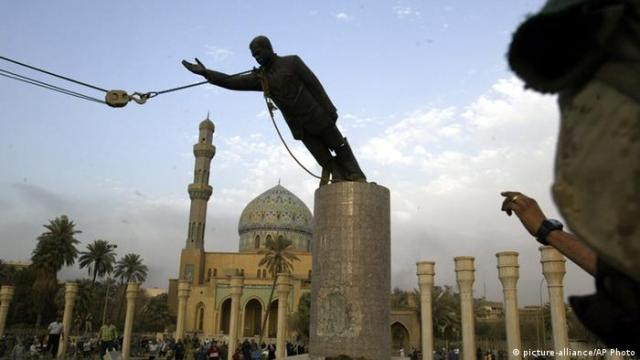 Etappen des Irakkrieges Gestürzte Saddam-Statue (picture-alliance / AP Photo)