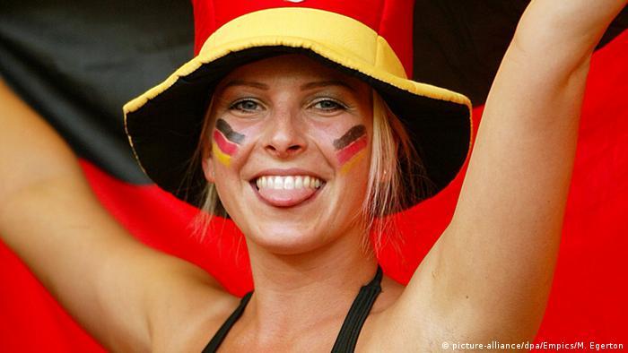 Symbolbild Sommermärchen Fans Schwarz Rot Gold (picture-alliance/dpa/Empics/M. Egerton)