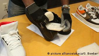 Someone placing a packet in a shoe(picture alliance/abaca/G. Bowker)