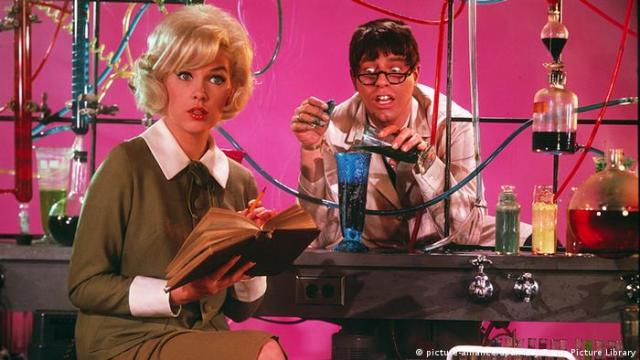 Jerry Lewis and Stella Stevens in 'The Nutty Professor' 1963 (picture-alliance/dpa/Mary Evans Picture Library)