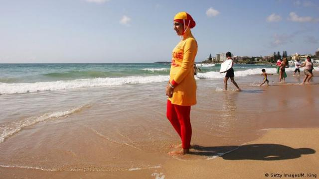 Australien Frau mit Burkini am Strand von Sydney (Getty Images / M. King)