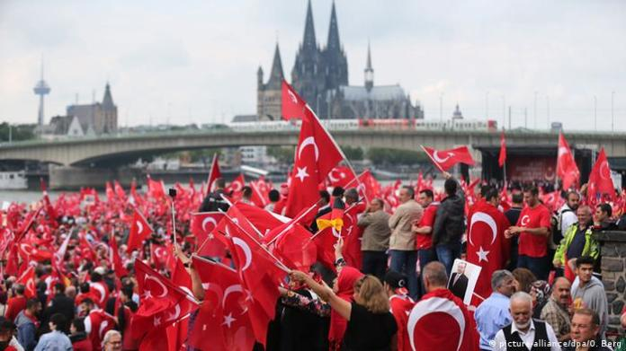 Supporters of Turkish President Recep Tayyip Erdogan attend a rally in Cologne, Germany (picture-alliance/dpa/O. Berg)