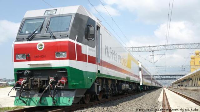 Äthiopien Addis Ababa - Neuer Zug verbindet Hafen und Stadtzentrum (picture-alliance/Photoshot/Xinhua/S. Ruibo)