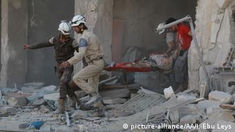 Syrien Aleppo Bergung Opfer Luftangriff (picture-alliance/AA/I. Ebu Leys)
