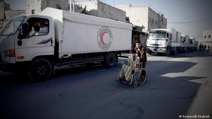 Syrien Douma UN Hilfskonvoi Roter Halbmond (Reuters/B.Khabieh )