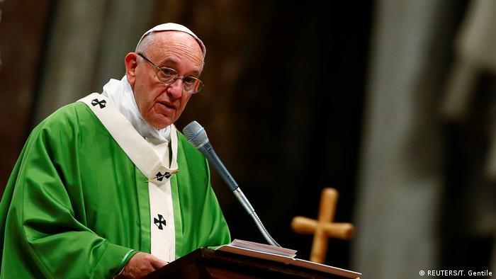Vatikan Papst Franziskus feiert Messe für Gefangene (REUTERS/T. Gentile)