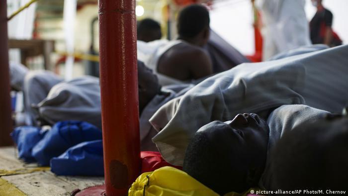 Mittelmeer gerettete Bootflüchtlinge (picture-alliance/AP Photo/M. Chernov)