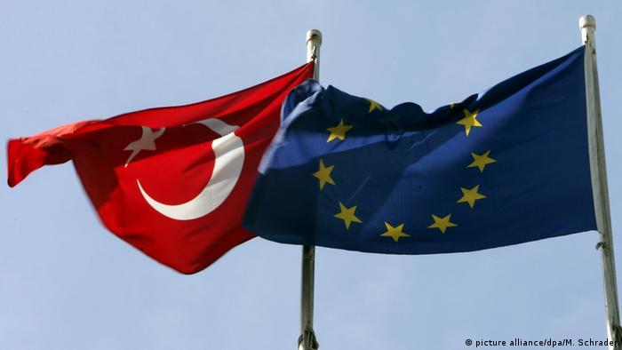 Türkische und EU-Flagge (picture alliance/dpa/M. Schrader)
