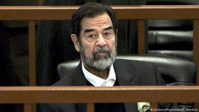 Irak Saddam Hussein im Gerichtssaal (picture-alliance/dpa/C. Hondros)
