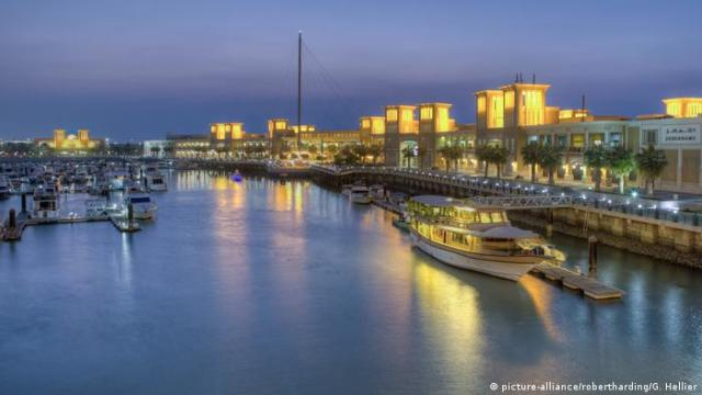 Kuwait Hafen Souk Shark Mall and Kuwait harbor, illuminated at dusk (picture-alliance / robertharding / G. Hellier)