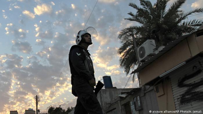 A riot policeman in Bahrain, 2013 (picture alliance/AP Photo/H. Jamali)