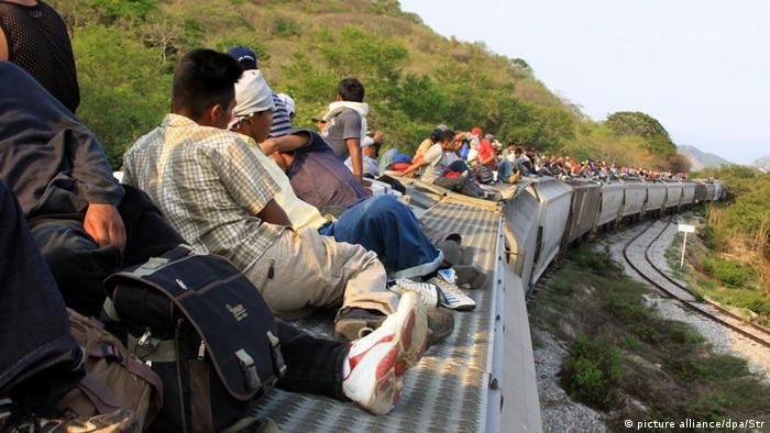Central american migrants travel on the roof of a train near to the Medias Aguas stretch in Mexico (picture alliance/dpa/Str)