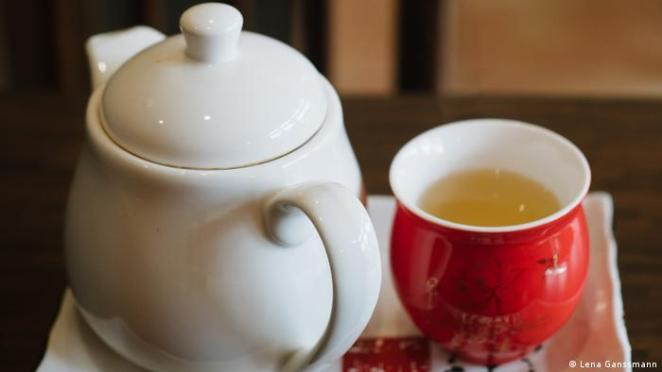 Teapot and cup in close-up (Photo: Lena Ganssmann)