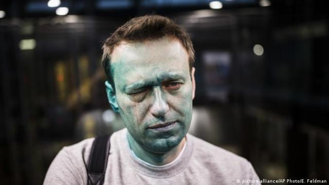 Alexei Navalny with green dye on his face after an attack (picture-alliance/AP Photo/E. Feldman)