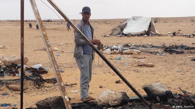 Tunesien - Gouvernorat Tataouine: Ein Mitglied der Protestbewegung vor einem niedergebrannten Zelt in Kamour (DW/S. Mersch)