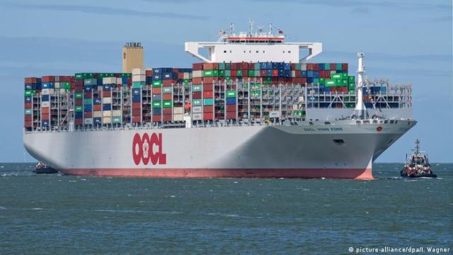 Deutschland Containerschiff OOCL Hong Kong in Wilhelmshaven (picture-alliance / dpa / I. Wagner)