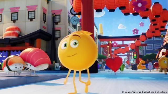 Filmstill aus Emoji - Der Film mit einem Emoji auf Beinen, das in einer Stadt zwischen anderen Emojis herumläuft. (Foto: Imago/Cinema Publishers Collection)