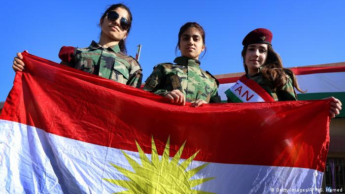 Iraqi Kurds stand with the flag (Getty Images/AFP/S. Hamed)