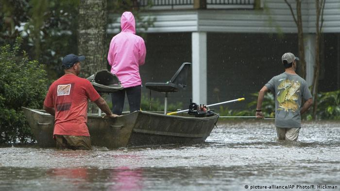 Residents of Cypress Lake Dr. use boats to transport others and retrieve items from flooded homes in Moss Bluff, La. (picture-alliance/AP Photo/R. Hickman)