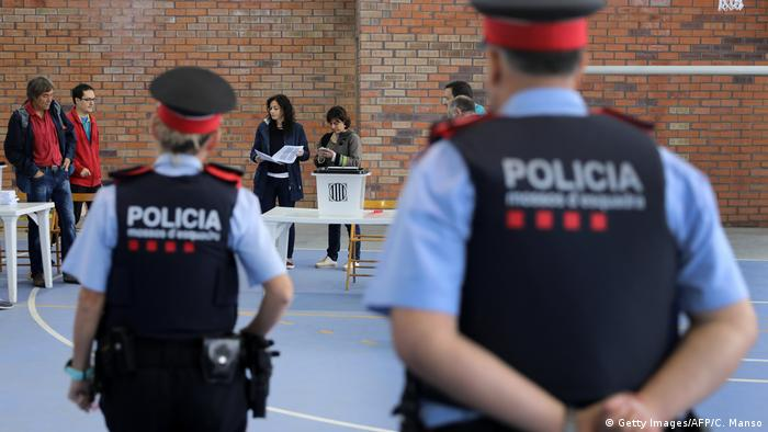 Catalan police watching a polling station (Getty Images/AFP/C. Manso)