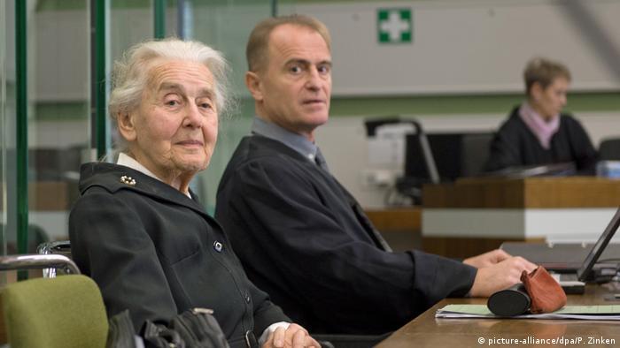 Deutschland Zwei Jahre Haft für Holocaust-Leugnerin Ursula Haverbeck (picture-alliance/dpa/P. Zinken)