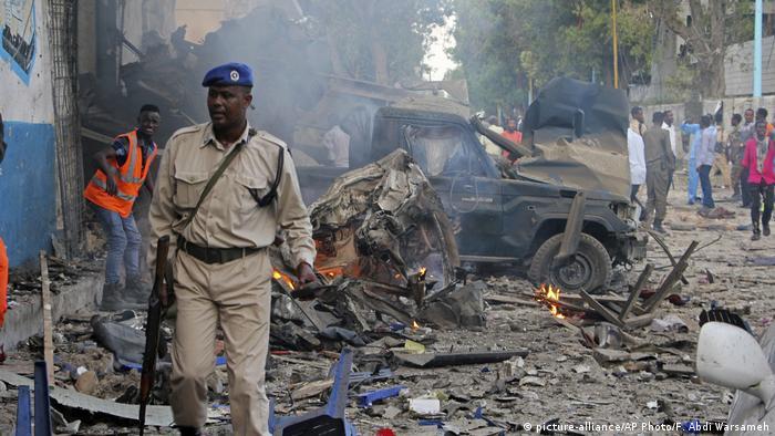 Somalia Mehrere Tote bei Anschlag mit zwei Fahrzeugbomben in Mogadischu (picture-alliance/AP Photo/F. Abdi Warsameh)