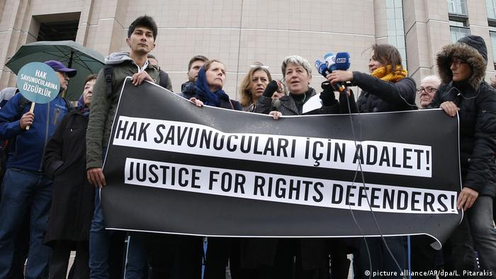 Protest at trial of human rights activists (picture alliance/AP/dpa/L. Pitarakis)