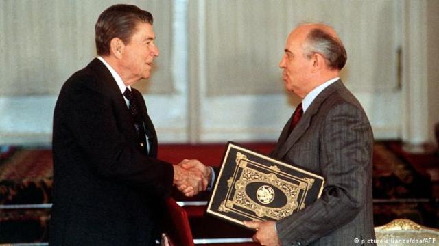 Sowjetunion 1988 US-Präsident Ronald Reagan & Präsident Michail Gorbatschow (picture-alliance/dpa/AFP)