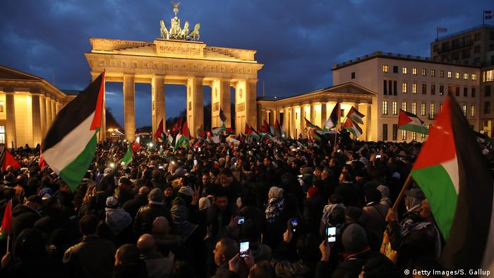 People waving Palestinian and Turkish flags gather in front of the Brandenburg Gate to protest against U.S. President Donald Trump's announcement to recognize Jerusalem (Getty Images/S. Gallup)