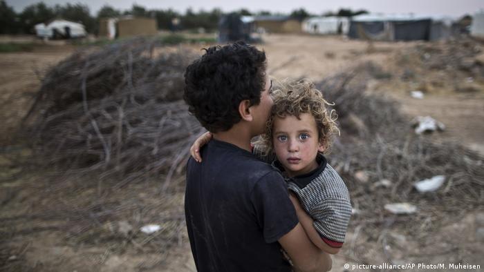 Jordanien Flüchtlinge aus Syrien in Mafraq (picture-alliance/AP Photo/M. Muheisen)