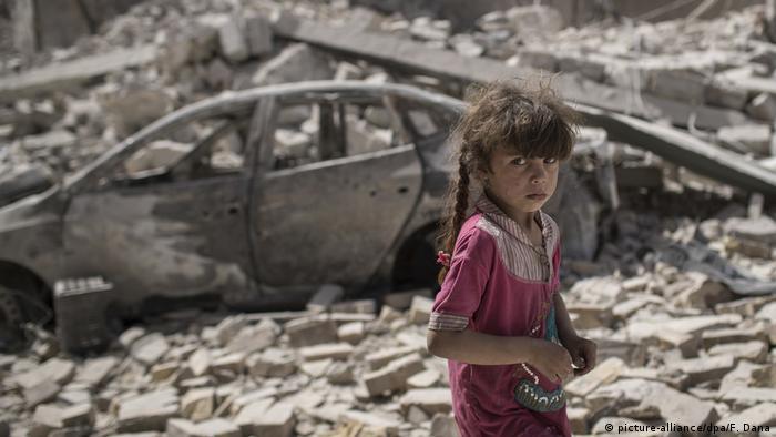 Girl amid ruins in Mosul, Iraq (picture-alliance/dpa/F. Dana)
