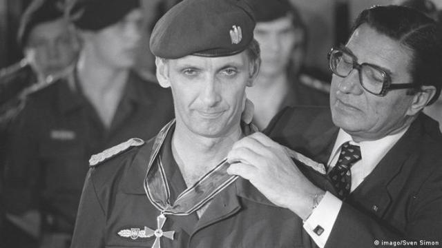 Deutschland Ulrich Wegener gestorben | Verleihung des Bundesverdienstkreuzes 1977 (imago / Sven Simon)