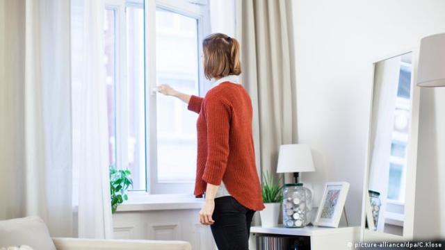 Wohnung lueften Fenster öffnen (picture-alliance / dpa / C.Klose)