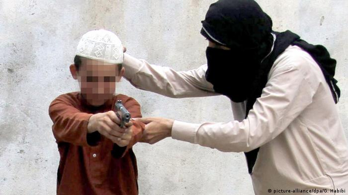 IS member training child with gun (picture-alliance/dpa/G. Habibi)