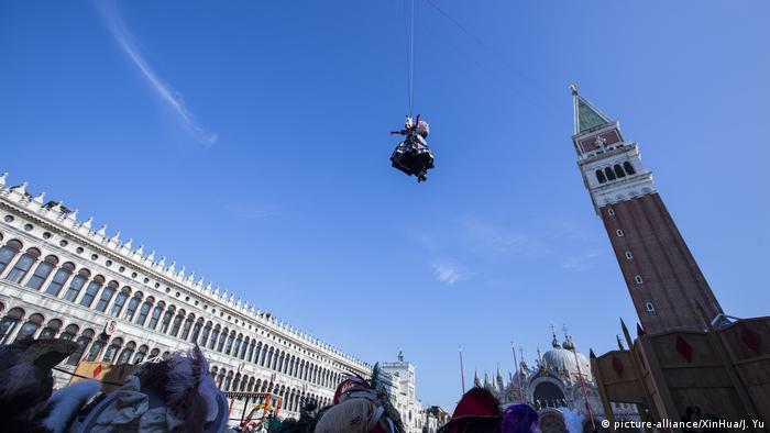 Italy    Venice Carnival - Flight of the Angel (picture-alliance / dpa / Jin Yu / XinHua)