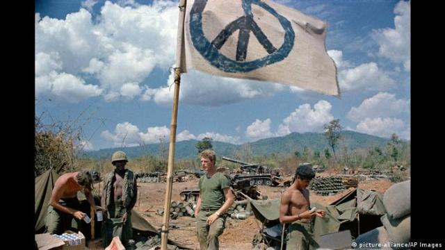 US artillerymen relax under a crudely made peace flag at the Laotian border, 1971 (picture-alliance/AP Images)