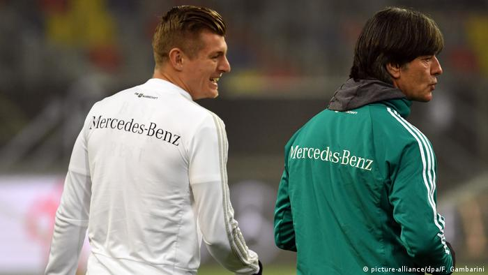 Training Nationalmannschaft Joachim Löw mit Toni Kroos (picture-alliance/dpa/F. Gambarini)