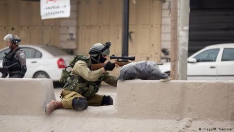 Ausschreitungen am Checkpoint Qualandia zwischen Jerusalem und Ramallah Scharfschütze (Imago/M. Trammer)