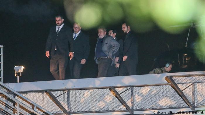 Lula gives himself up to police