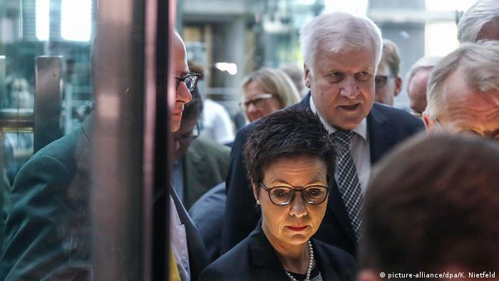 Horst Seehofer and Jutta Cordt (picture-alliance/dpa/K. Nietfeld)