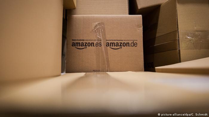Deutschland, Pforzheim: Symbolbild Pakete von Amazon (picture-alliance/dpa/C. Schmidt)