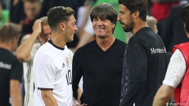 Sami Khedira (Deutschland), Mesut Özil (Deutschland) und Bundestrainer Joachim Löw (imago / Team 2)