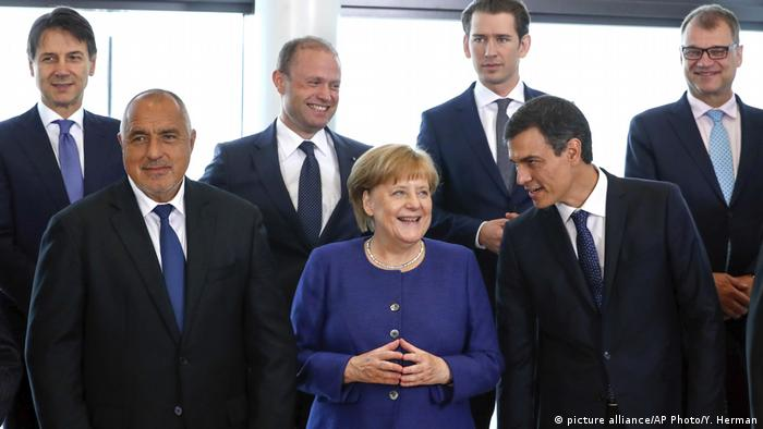 Merkel holds her hands together while surronded by other EU leaders (picture alliance/AP Photo/Y. Herman)