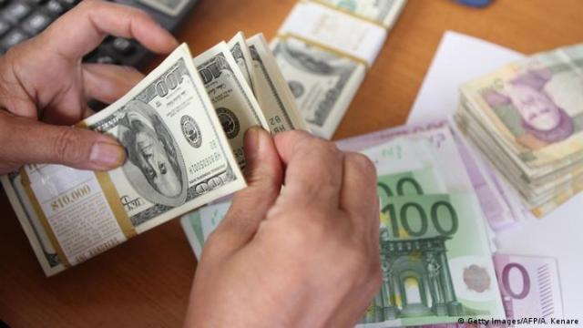 Iran Geldwechsel Dollar und Euro (Getty Images / AFP / A. Kenare)