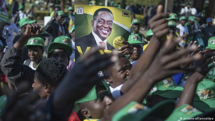 An election poster depicting Zimbabwe's President Emmerson Mnangagwa (picture-alliance/dpa)