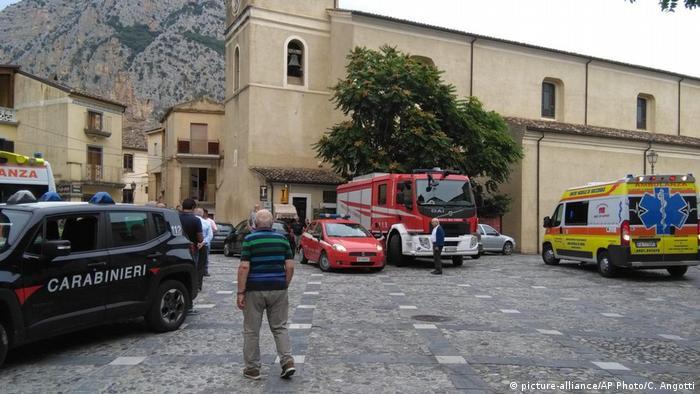 En total, 23 personas han sido rescatadas por los equipos de salvamento de la protección civil y del Cuerpo de Bomberos. Civita, Calabria, Italia. (picture-alliance/AP Photo/C. Angotti)