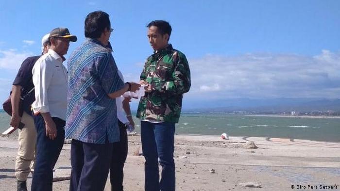 Le président Widodo s'entretient avec des officiels sur la plage de Sulawesi (Biro Pers Setpers)