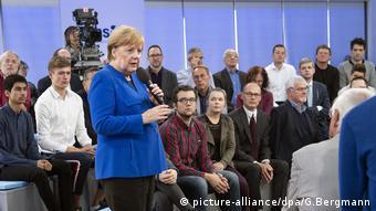 Kanzlerin Merkel spricht mit Bürgern in Trier (picture-alliance/dpa/G.Bergmann)