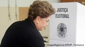 Ex-presidente Dilma Rousseff diante de uma urna eleitoral
